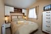 Das Doppelzimmer mit geräumigem Kleiderschrank und eigenem Zugang (nur in Ferienhaus 1,2,14 & 7) zum Hauptbad lädt zum Entspannen ein.