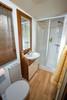 Genügend Platz für alle Gäste bieten die beiden Bäder, hier zu sehen das Hauptbad mit Dusche, WC, Waschbecken und Badschrank. - Ferienhaus , Elbe-Börde-Heide