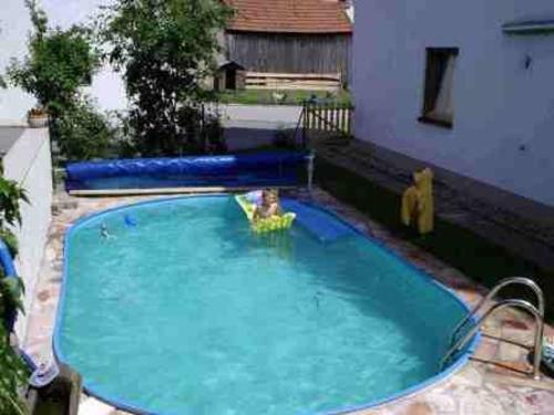 Swimmingpool im Sommer
