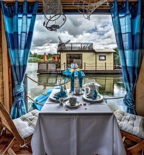 Im gemütlichen Wohnbereich können Sie den Ausblick auf den Mühlensee und auch gemeinsame Abende geniessen. - Hausboot , Parey