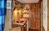 Eine Küche bietet ausreichend Platz zum kochen.