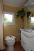 Genügend Platz bietet das Bad.