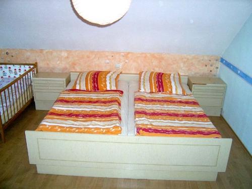 Schlafzimmer mit Doppelbett - Ferienwohnung , Gemünden